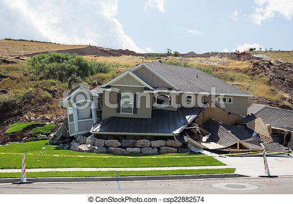 重い, 雨, 後で, 新しい 家, 地すべり, 破壊 - csp22882574