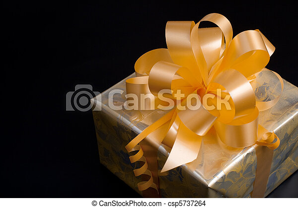 金, 贈り物, 黄色, 弓, ペーパー, 黒い背景, パックされた, すてきである - csp5737264