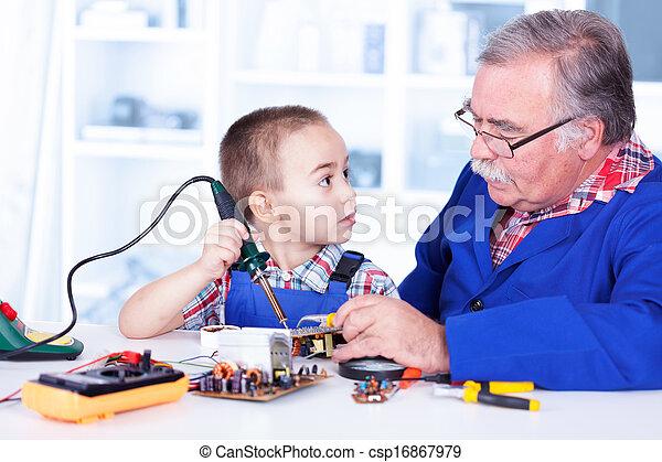 鉄, 仕事, 祖父, 孫, はんだ付けする, 教授 - csp16867979