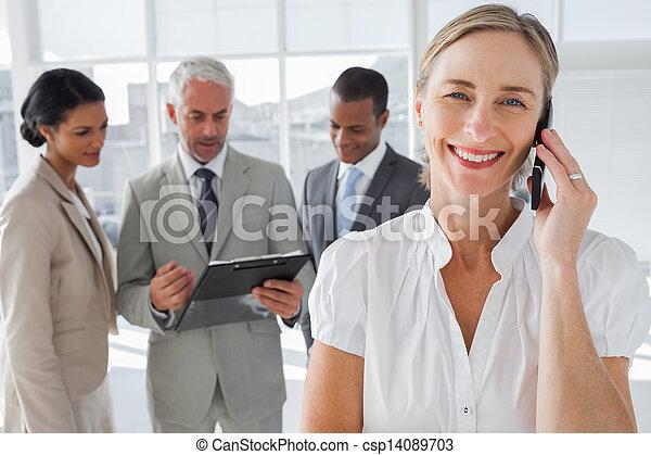 電話, 微笑の 女性, 会話 - csp14089703