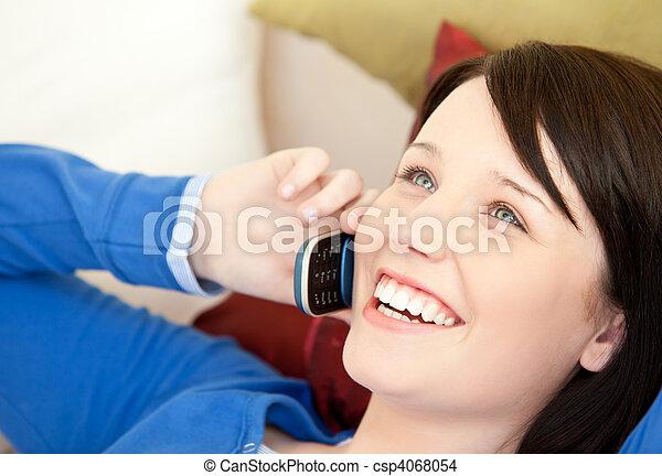 電話, 話し, 女性, ティーネージャー, ソファー, あること, 朗らかである - csp4068054
