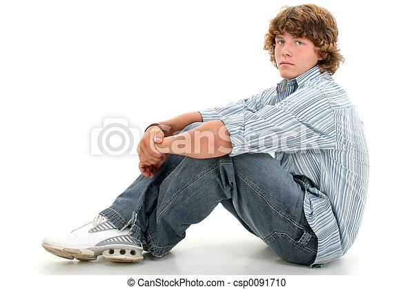 青少年男孩子, 坐 - csp0091710