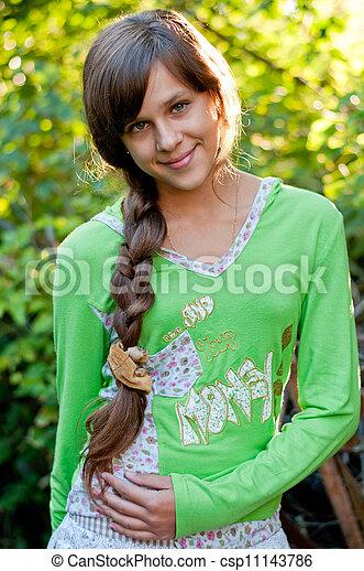 青少年的 女孩, 自然 - csp11143786