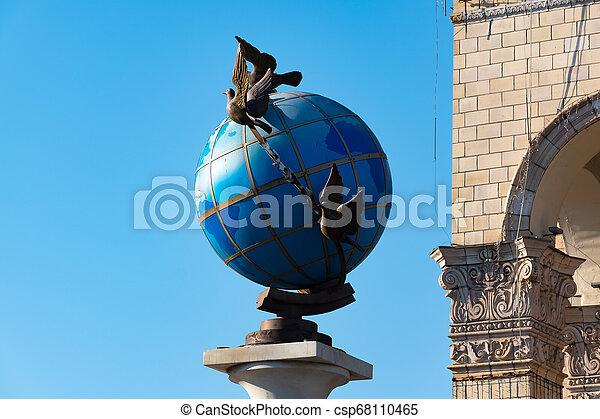 青, ウクライナ, 広場, のまわり, 地球, 平和, それ, 地球である, 鳩, 像, kiev, 独立 - csp68110465