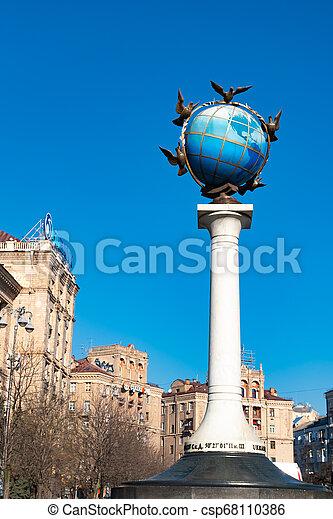 青, ウクライナ, 広場, のまわり, 地球, 平和, それ, 地球である, 鳩, 像, kiev, 独立 - csp68110386