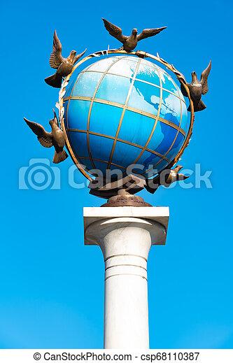 青, ウクライナ, 広場, のまわり, 地球, 平和, それ, 地球である, 鳩, 像, kiev, 独立 - csp68110387