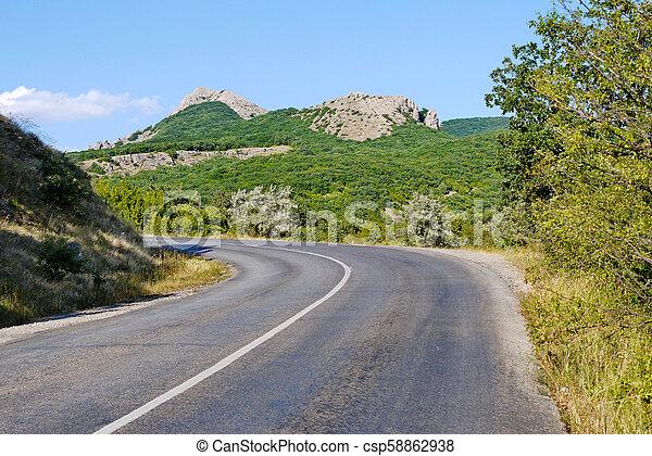 青, 崖, 回転した, 空, 反対で上げなさい, 高く, 背景, 下に, カバーされた, 草, 道 - csp58862938