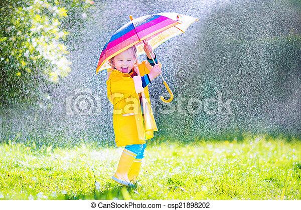 面白い, よちよち歩きの子, 傘, 遊び, 雨 - csp21898202