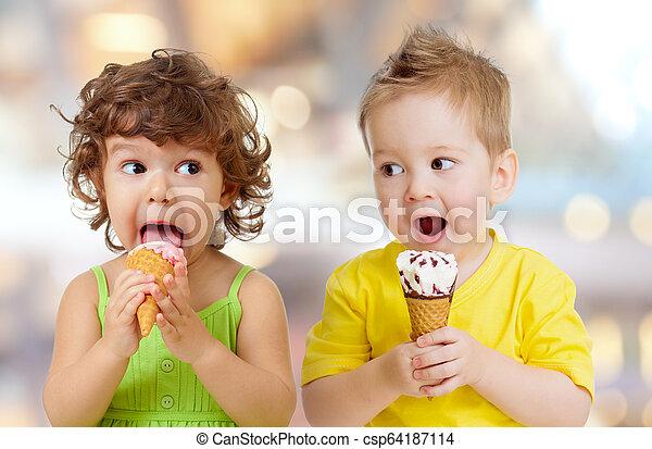 面白い, 食べること, 男の子, 氷, 女の子, クリーム - csp64187114