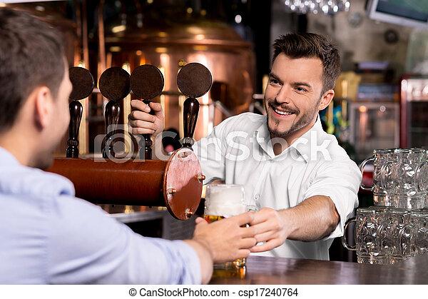 顧客, バーテンダー, 大袈裟な表情をしなさい, 寄付, beer., 若い, ここに, 朗らかである, ビール, あなたの - csp17240764
