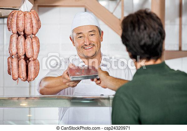 顧客, 寄付, ソーセージ, パックされた, 肉屋 - csp24320971