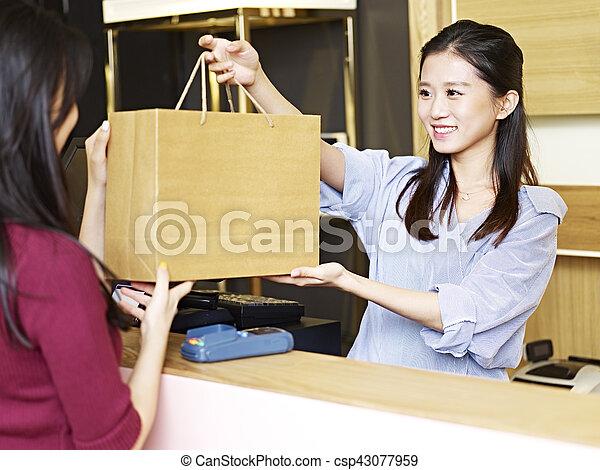 顧客, ∥手渡す∥, 店員, 商品 - csp43077959