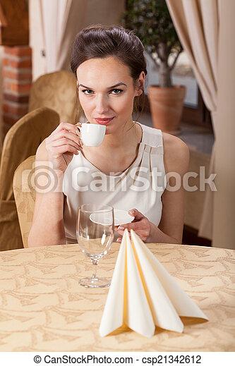 飲むこと, 女, エスプレッソ, レストラン - csp21342612