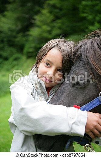 馬, なでること, 子供 - csp8797854