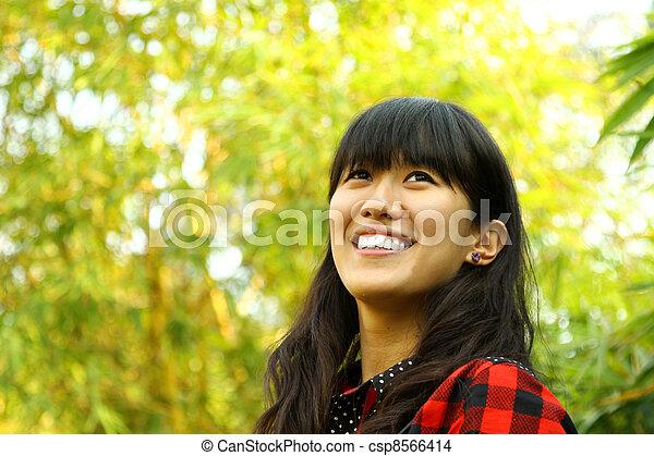 高兴的妇女, 亚洲人, 性质 - csp8566414
