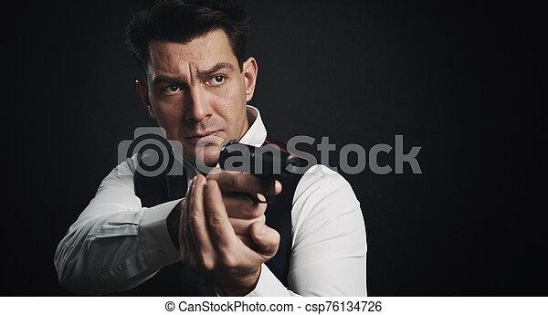 黒い 人, 背景, 深刻, 保有物, 銃, 上に - csp76134726