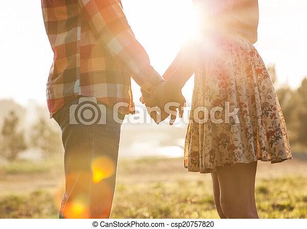 걷기, 사랑, 보라, 한 쌍, 공원, 나이 적은 편의, 가을, 손을 잡는 것 - csp20757820