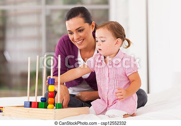 교육 장난감, 어린 소녀, 노는 것 - csp12552332