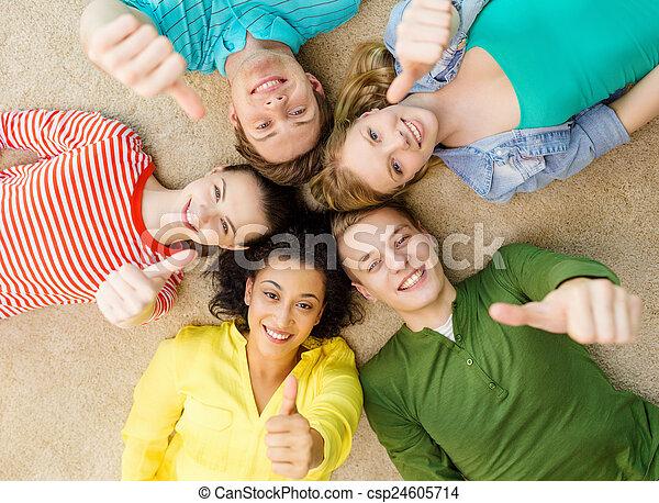 그룹, 바닥, 사람, 아래로의, 미소, 있는 것 - csp24605714