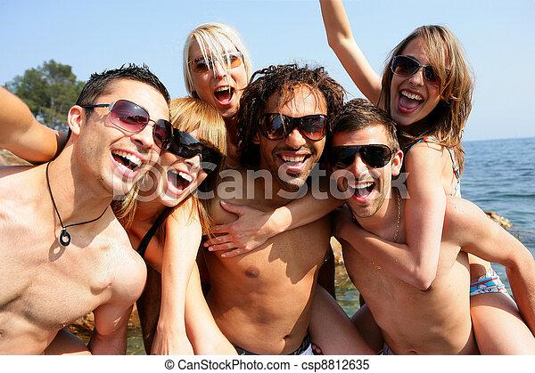 그룹, 바닷가, 파티에서 접대하는 것, 성인, 나이 적은 편의 - csp8812635