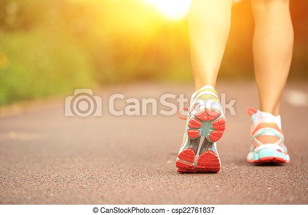 길게 나부끼다, 여자, 나이 적은 편의, 다리, 적당 - csp22761837
