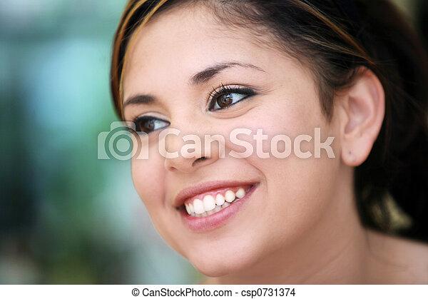 미소 짓고 있는 소녀 - csp0731374