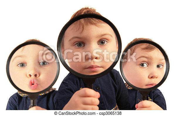 복합어를 이루어 ...으로 보이는 사람, 돋보기, 콜라주, 완전히, 아이들 - csp3065138