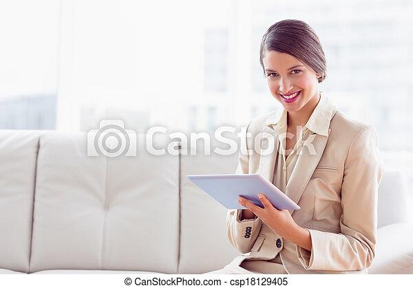 사무실, 정제, 착석, 소파, 카메라, 유행, 을 사용하여, 여자 실업가, 미소 - csp18129405