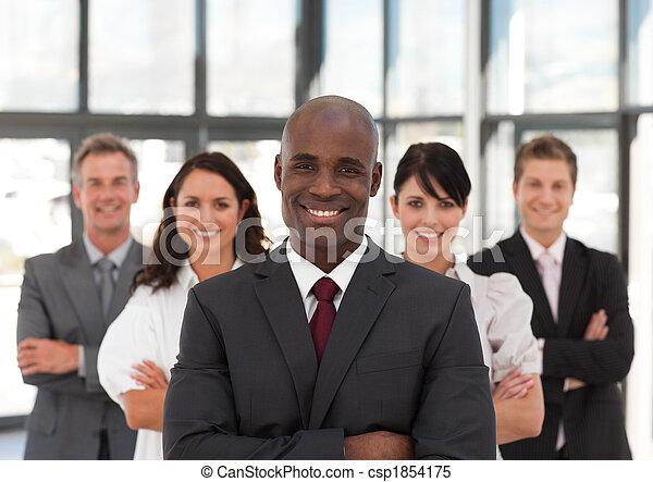 사업, 지도, 팀, 나이 적은 편의, 미국 영어, 아프리카인 남자 - csp1854175