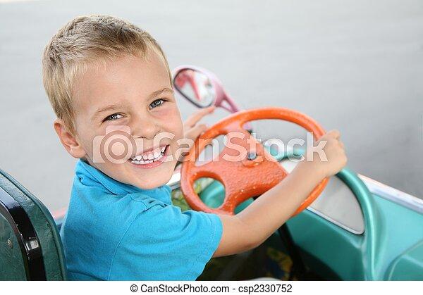 소년, 장난감 차 - csp2330752