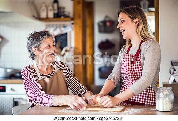 손녀, 나이 먹은, baking., 할머니, 성인, 가정 - csp57457231