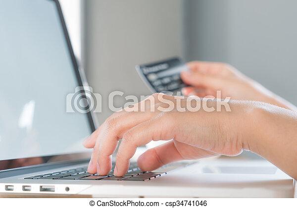 쇼핑, 휴대용 퍼스널 컴퓨터, 손, 신용, 컴퓨터, 보유, 온라인의, 을 사용하여, 카드 - csp34741046