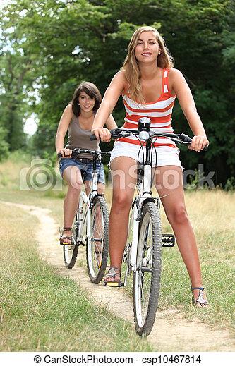 시골, 자전거를 타는 것, 어린 여성 - csp10467814
