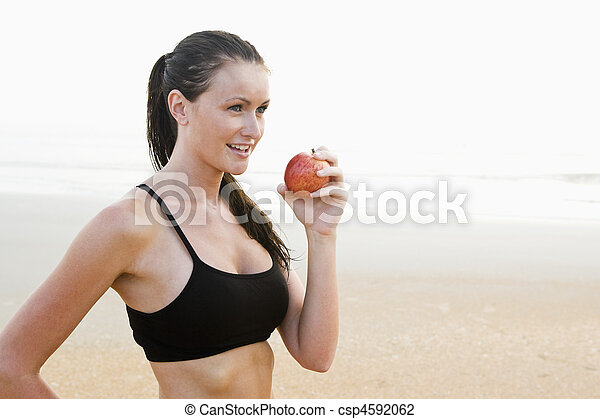 식사를 하고 있는 여성, 애플, 적합, 건강한, 나이 적은 편의, 바닷가 - csp4592062