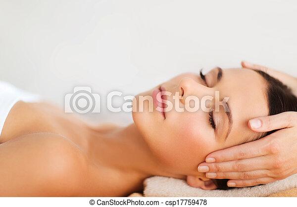 아름다운, 살롱, 여자, 얼굴 마사지, 광천, 가지고 있는 것 - csp17759478