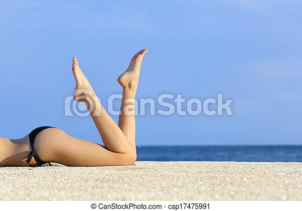 아름다운, 쉬는 것, 매끄러운, 모래, 모델, 다리, 바닷가 - csp17475991