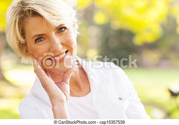 앉아 있고 있는 여성, 공원, 중앙, 기쁜, 노인들 - csp15357539