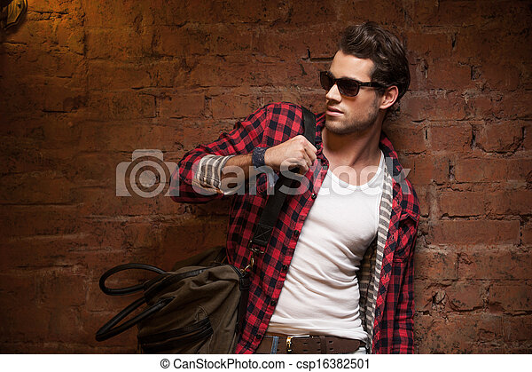어깨, away., 그의 것, 복합어를 이루어 ...으로 보이는 사람, 유행, 핸드백, 성적 매력이 있는, 남자 - csp16382501