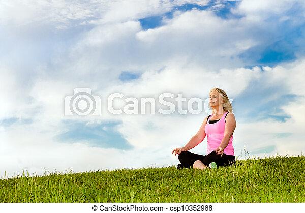 여자, 그녀, 중년의, 명상하는 것, 40s, 옥외, 운동 - csp10352988