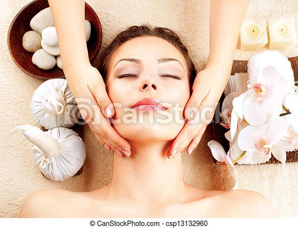 여자, 도착하는 것, 나이 적은 편의, massage., 얼굴 마사지, 광천, 마사지 - csp13132960