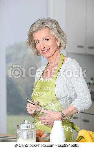 여자, 빵 굽기, 클로우즈업, 미소, 연장자, 부엌 - csp9945685