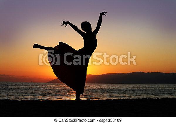 여자, 일몰, 댄스 - csp1358109