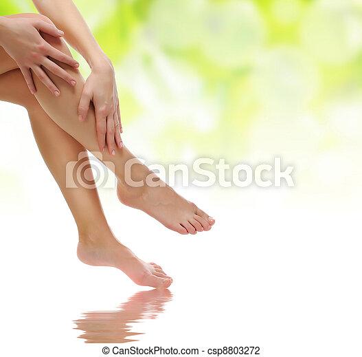 완화되는, 건강한, 미덥지 않은, 존재, 여성 손, 성적 매력이 있는, 다리 - csp8803272