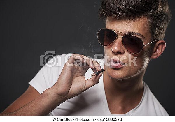 유행, 남자, 나이 적은 편의, 연기가 나는 담배 - csp15800376