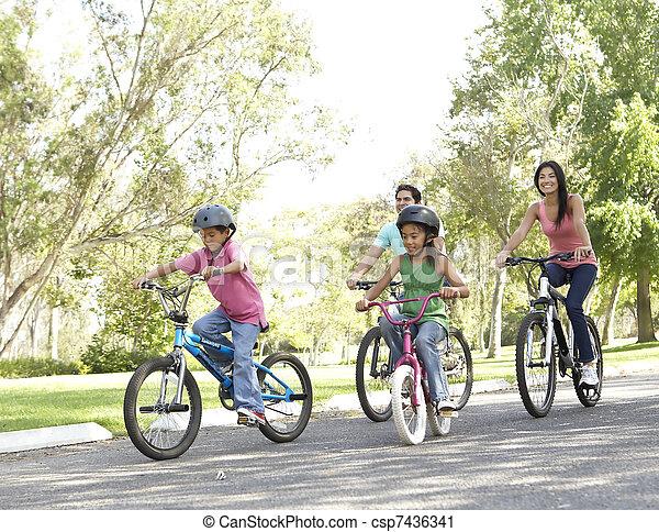 자전거를 타는 것, 공원, 젊음 가족 - csp7436341