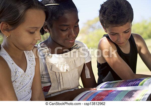 키드 구두, 공원, 소녀, 교육, 책, 독서, 아이들 - csp13812962