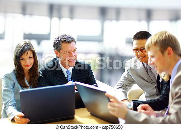 Reunión de negocios, el gerente discutiendo el trabajo con sus colegas - csp7506501