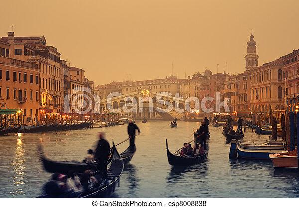 Rialto puente, Venecia, Italia - csp8008838