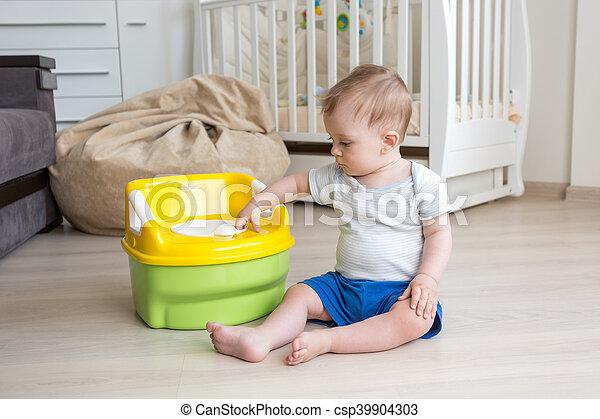 10, vieux, garçon, pot, mois, obtenir, chambre, accustomed, bébé, utilisation - csp39904303