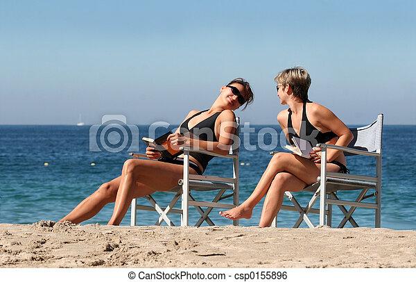 2 women on the beach - csp0155896